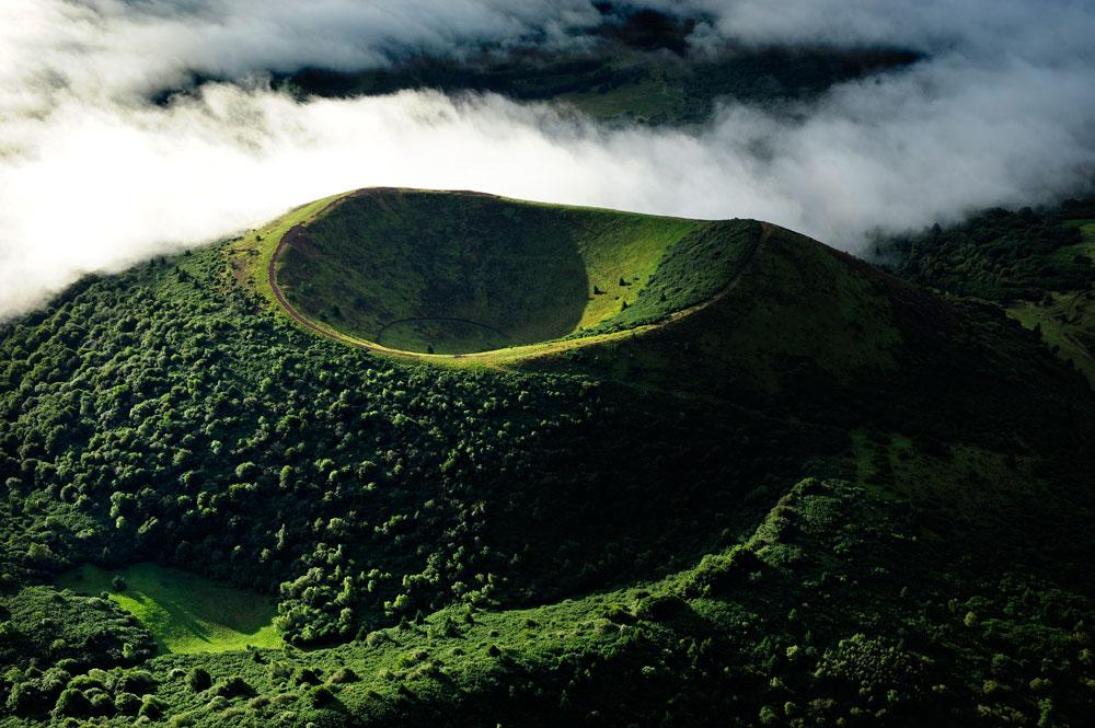 Atemberaubend: Wandern durch Erdgeschichte in fruchtbarer Vulkan-Landschaft