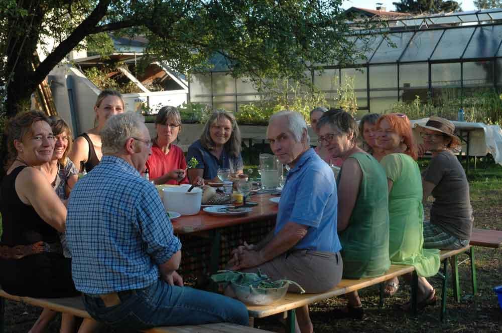 Schöpfungsgarten Traunstein: Zukunftsplanung bei frisch geerntetem Salat
