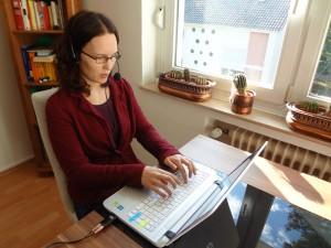 Schriftdolmetscherin Roxxanna Dibrell bei der Arbeit