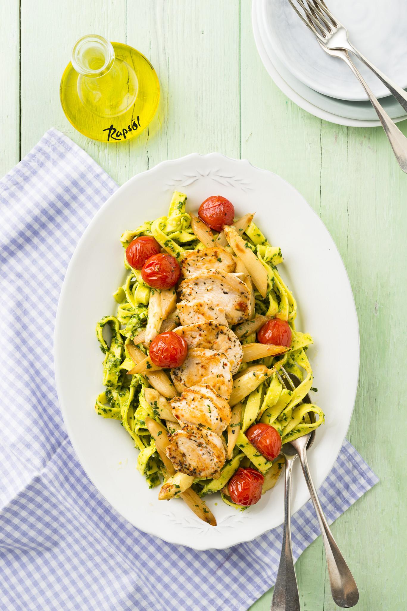 Rezept-Tipp: Bärlauchpesto-Pasta mit Hähnchenschnitzeln und Ofentomaten